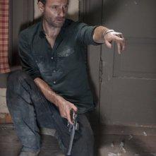 The Walking Dead: Andrew Lincoln in una tesa scena dell'episodio Grilletto facile