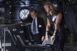 Chris Hemsworth e Clark Gregg in una scena di The Avengers