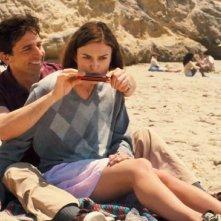 Steve Carell insegna a suonate l'armonica a Keira Knightley in una scena di Cercasi amore per la fine del mondo