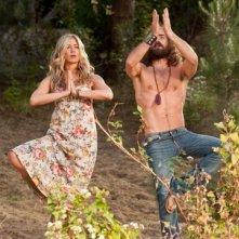 Jennifer Aniston alle prese con la meditazione in Nudi e Felici