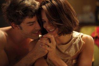 Asia Argento e Michele Riondino in una tenera scena del film Gli sfiorati