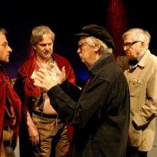 Cesare deve morire: i registi sul set danno indicazioni ai due attori Cosimo Rega e Salvatore Striano