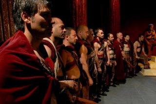 Cesare deve morire: il cast del film schierato in una scena