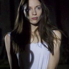 Marysia Kay è Alice in una scena dell'horror Colour from the Dark