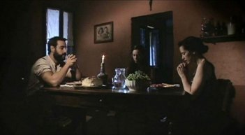 Michael Segal, Marysia Kay con Eleanor James in una scena dell'horror Colour from the Dark