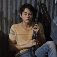 The Walking Dead: un teso Steven Yeun in una scena dell'episodio Grilletto facile