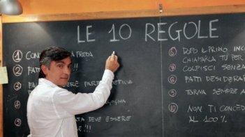 10 regole per fare innamorare: Vincenzo Salemme in una scena del film insegna come far innamorare