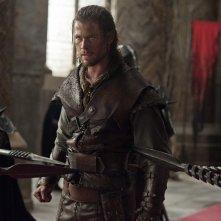 Chris Hemsworth in tenuta da battaglia in una scena di Biancaneve e il cacciatore