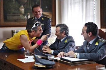 Giovanni Vernia insieme a Paolo Sassanelli in una scena del film Ti stimo fratello