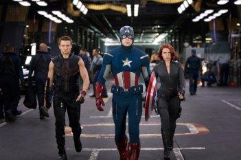 Jeremy Renner, Chris Evans e Scarlett Johansson in una scena di The Avengers