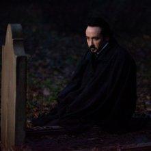 John Cusack in un'immagine tratta dal thriller The Raven nei panni di Edgar Allan Poe