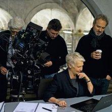 Judi Dench e il regista Sam Mendes sul set di Skyfall
