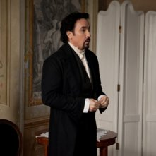 The Raven: John Cusack è Edgar Allan Poe in una scena del film