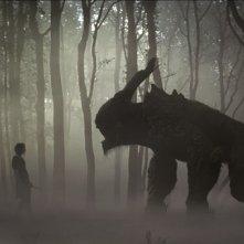 Una mostruosa creatura compare nei boschi in Biancaneve e il cacciatore