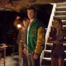 Chris Hemsworth, Kristen Connolly e Fran Kranz esplorano il cottage di The Cabin in the Woods