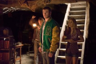 Chris Hemsworth, Kristen Connolly e Fran Kranz esplorano il cottage di The Cabin in the Woods