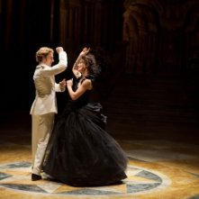 Keira Knightley e Aaron Johnson danzano in una scena di Anna Karenina