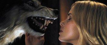 Anna Hutchison in una suggestiva immagine dell'horror The Cabin in the Woods