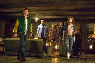 The Cabin in the Woods: Anna Hutchison, Fran Kranz, Chris Hemsworth, Kristen Connolly e Jesse Williams in una scena del film