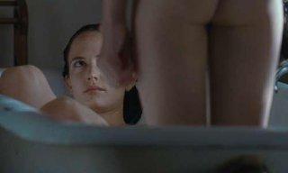 Eva Green e Matt Smith in un'immagine intima di Womb