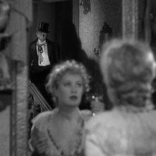 Fredric March (sullo sfondo) e Miriam Hopkins in una scena de Il dottor Jekyll