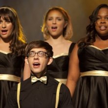 Glee: Amber Riley, Lea Michele, Dianna Agron e Kevin McHale in una scena dell'episodio On My Way