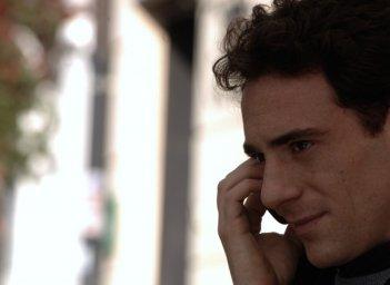 Magnifica presenza: Elio Germano accenna un sorriso in una scena del film