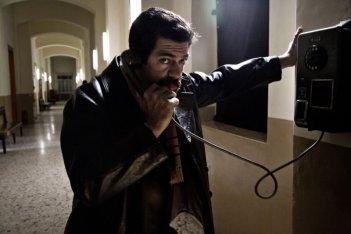 Romanzo di una strage: Pierfrancesco Favino è Giuseppe Pinelli in una scena del film