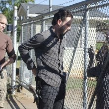 The Walking Dead: Andrew Lincoln e Jon Bernthal con un Errante in una scena dell'episodio Scelte