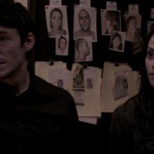 Fernanda Andrade e Simon Quarterman in una scena dell'horror L'altra faccia del diavolo