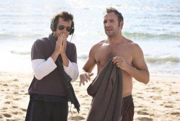 Jean Dujardin sul set di Piccole bugie tra amici con Guillaume Canet
