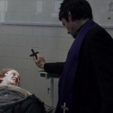 Suzan Crowley esorcizzata da Simon Quarterman in una scena dell'horror L'altra faccia del diavolo