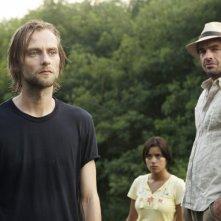 The River: Joe Anderson, Paulina Gaitan, e Paul Blackthorne in una scena del pilot