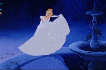 Cenerentola al ballo del principe, vestita in modo magnifico