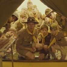 Edward Norton circondato dai suoi lupetti in una scena di Moonrise Kingdom
