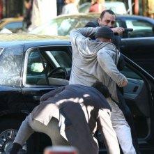 Jason Statham (al centro, di spalle) in Safe, action poliziesco del 2012