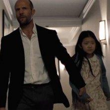 Jason Statham con la piccola Catherine Chan in una scena di Safe