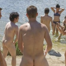 Maxi Iglesias nudo con altri protagonisti di Fisica o Chimica