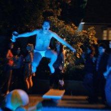 Project X - una festa che spacca: Costa (Oliver Cooper) si tuffa in piscina