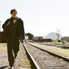 Sam Riley nel corso di un vagabondaggio in On the Road