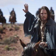 John Carter: Taylor Kitsch a cavallo in una scena del film