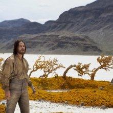 John Carter: Taylor Kitsch in una scena del film d'avventura diretto da Andrew Stanton