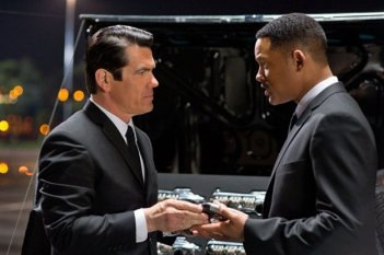 Josh Brolin e Will Smith in una scena di Men in Black 3