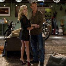 Reese Witherspoon sorridente insieme a Tom Hardy in una scena di Una spia non basta