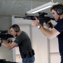 Una spia non basta: Chris Pine e Tom Hardy mettono alla prova la loro mira in una scena del film