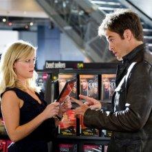 Una spia non basta: Reese Witherspoon insieme a Chris Pine in una scena del film