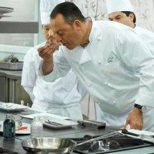 Jean Reno (al centro) in una scena nella commedia culinaria Chef