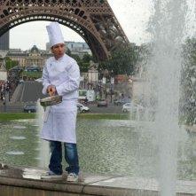 Lo 'Chef' Michaël Youn spadella di fronte alla Tour Eiffel in una scena del film