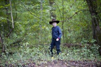 The Walking Dead: il piccolo Chandler Riggs in una scena dell'episodio La sentenza