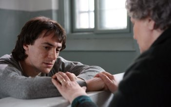Elio Germano in carcere nel film tv Faccia d'angelo